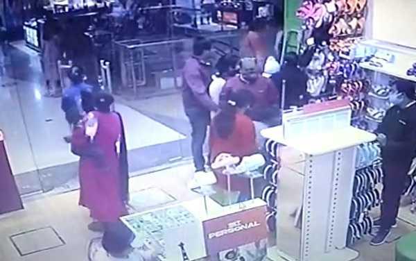 मॉल में जाने से पहले हो जाएं सावधान, ये महिलाएं पलक झपकते ही कर देती है पर्स गायब